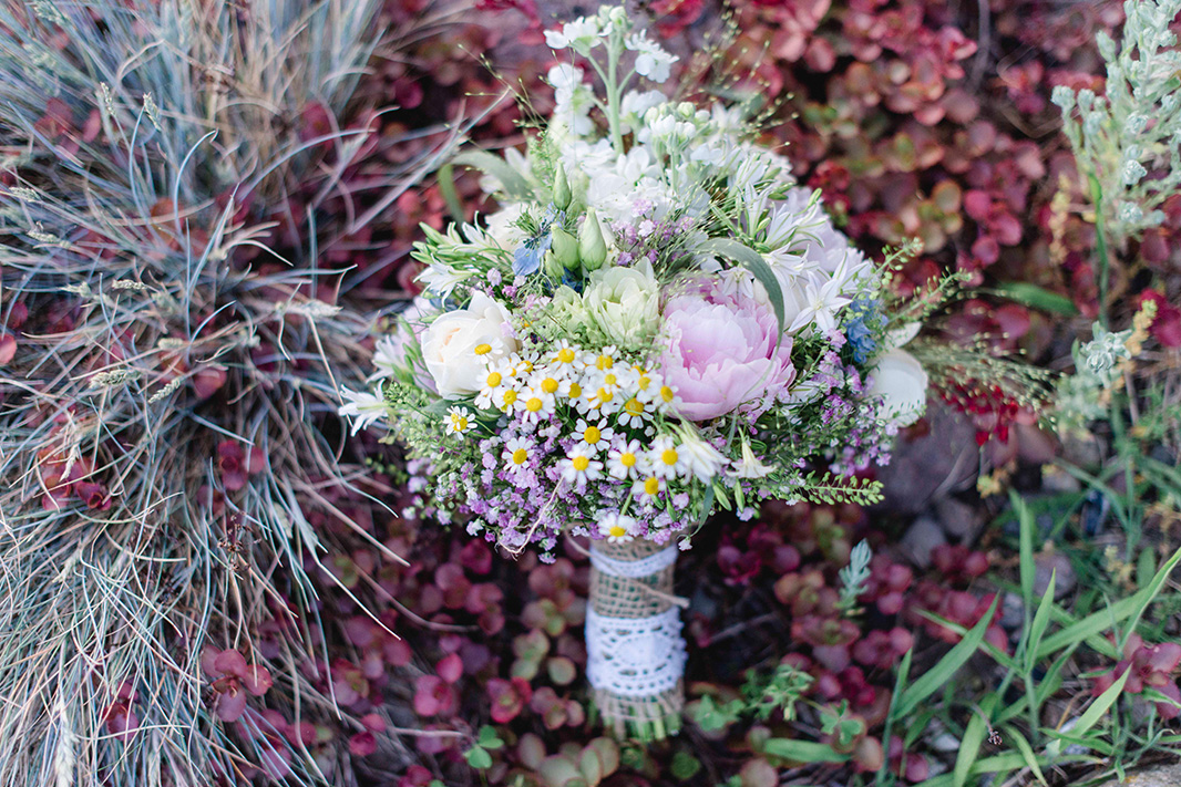 KathleenWelkerPhotography_Hochzeit-am-See-Detailverliebt-frische-Blumen-Brautstrauss-111